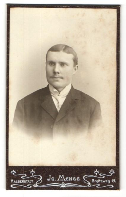 Fotografie Atelier Menge, Halberstadt, Portrait Mann trägt Anzug und Krawatte