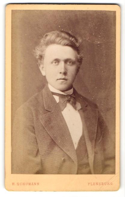 Fotografie H. Schumann, Flensburg, Portrait Edelmann trägt Anzug und Fliege