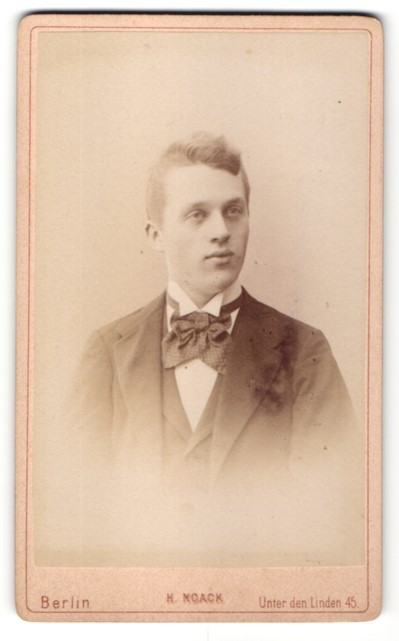 Fotografie H. Noack, Berlin, Portrait junger Mann im Anzug mit Fliege