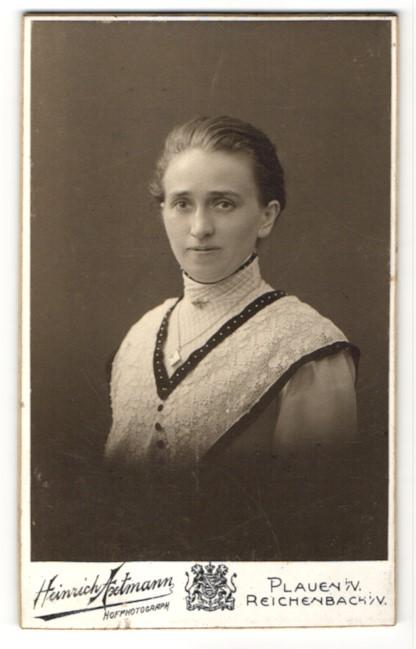 Fotografie Heinrich Axtmann, Plauen i. V., Portrait Frau trägt Weste mit Spitze, Schmuck Halskette