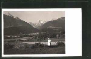 Foto-AK Mauthen, Bäuerin in ihrem Garten, Blick auf den Ort