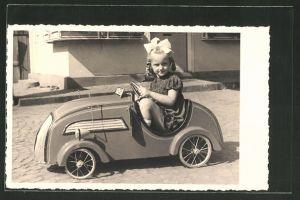 Foto-AK kleines Mädchen sitzt in einem Blech-Auto