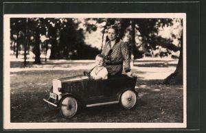 Foto-AK kleiner Junge sitzt in einem Blech-Auto
