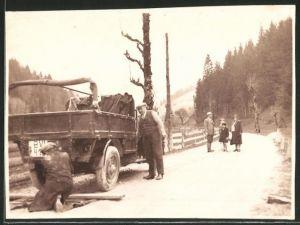 Fotografie Lastwagen, Pritsche mit Panne am Strassenrand, Handwerker während der Reparatur