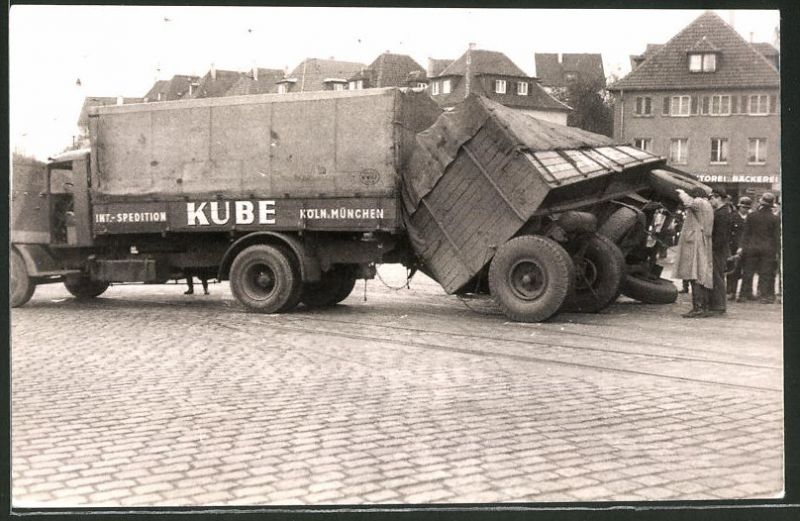 Fotografie Lastwagen, LKW Gliederzug der Spedition Kube Köln-München nach einem Unfall