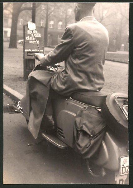 Fotografie Motorrad, Motorroller, Fahrer auf LKrad sitzend
