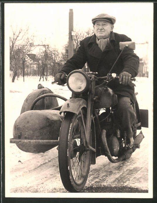 Fotografie Motorrad mit seltenem Seitenwagen, Fahrer fährt Krad im Winter