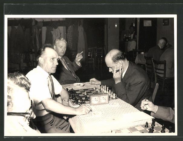 Foto-AK Schach-Spieler bei einem Turnier, Schach-Uhr