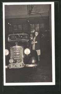 Foto-AK Auto Mercedes Benz, Frau steht neben ihrem Auto