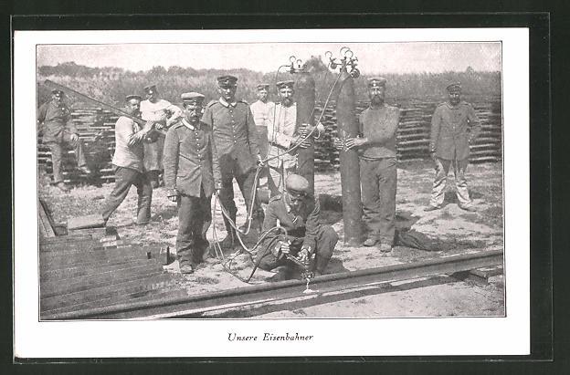 AK Eisenbahner der Militärbahn arbeiten mit Schweissgerät an einer Schiene