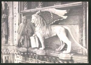 Fotografie Fotograf unbekannt, Ansicht Venedig, Statue geflügelter Löwe und Geistlicher