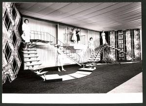 Fotografie Heinz Bernatzik, Modeschau, Model's präsentieren Kleider auf einer Bühne