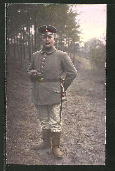 Farbfoto-AK Soldat mit Hessen-Koppelschloss im Grünen