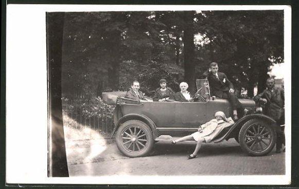 AK Familie an und in ihrem Auto