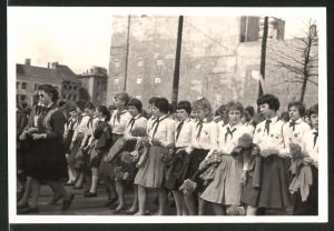 Fotografie Fotograf unbekannt, Ansicht Berlin, 1. Mai DDR Propaganda, Schulmädchen im Demonstrationszug