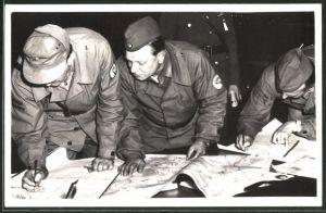 Fotografie DDR-Kampfgruppe, Soldaten in Uniform legen Taktik mit Landkarte fest