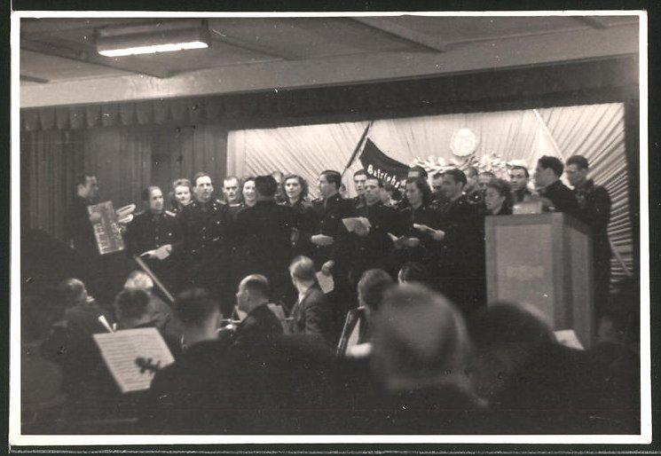 Fotografie DDR-KVP, Kasernierte Volkspolizei, Kameraden in Uniform bei einer Festveranstaltung