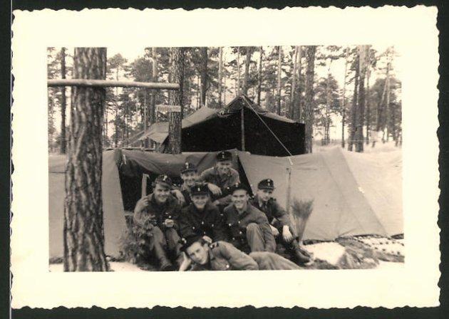 Fotografie DDR-KVP, Kasernierte Volkspolizei, Kameraden in Uniform im Feldlager vor einem Zelt
