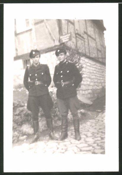 Fotografie DDR-KVP, Kasernierte Volkspolizei, Grenzer, Kameraden in Uniform