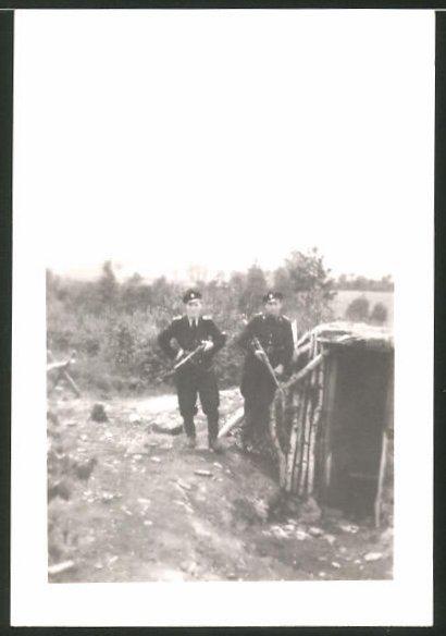 Fotografie DDR-KVP, Kasernierte Volkspolizei, Grenzer in Uniform, Kameraden auf Patrouille
