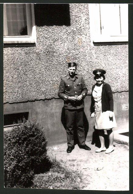 Fotografie DDR-NVA, Soldat der Volksarmee in Uniform nebst Mädchen mit Schirmmütze