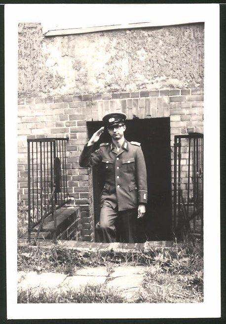 Fotografie DDR-NVA, Soldat der Volksarmee in Uniform salutiert