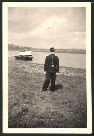 Fotografie DDR-KVP, Kasernierte Volkspolizei, Soldat in Uniform auf Patrouille