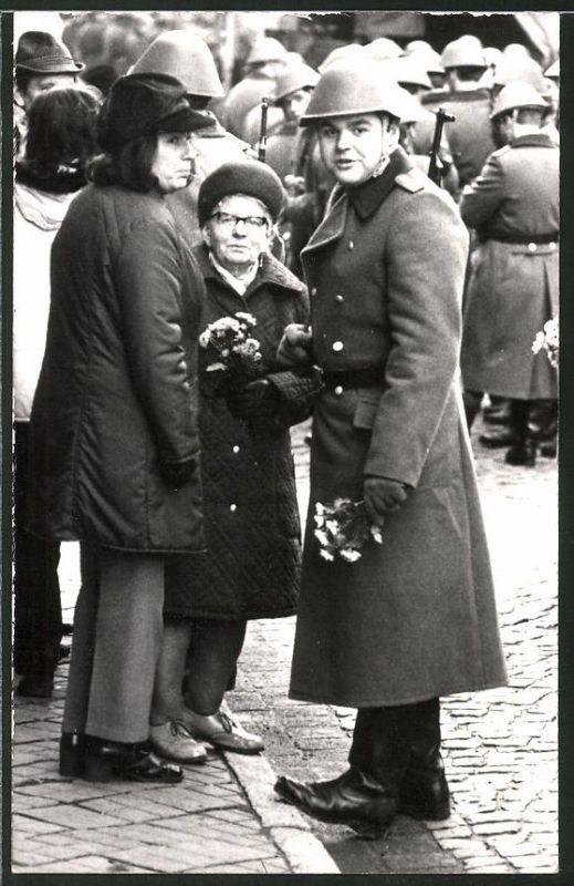 Fotografie DDR-NVA, Soldat der Volksarmee mit Stahlhelm und Gewehr