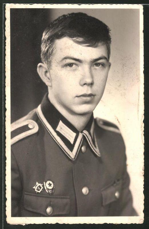Fotografie DDR-NVA, Portrait Soldat der Volksarmee in Uniform mit Orden