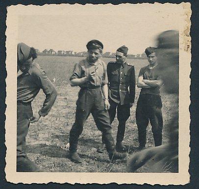 Fotografie DDR-KVP, Kasernierte Volkspolizei, Kameraden in Uniform machen kurze Rast
