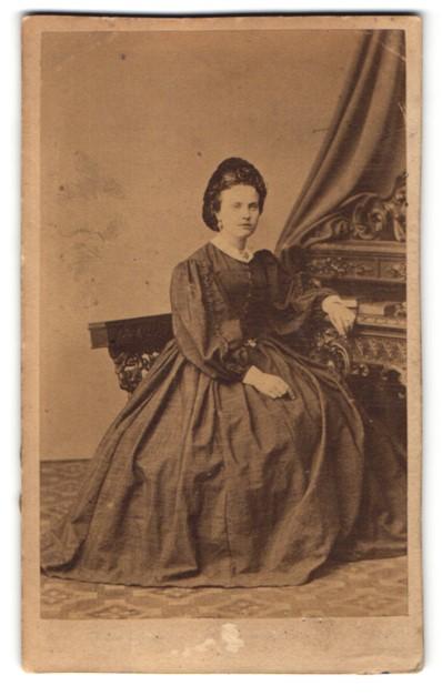 Fotografie H. C. Nothnagel, Hamburg-Altona, junge Dame höfisch gekleidet im schwarzen Abendkleid