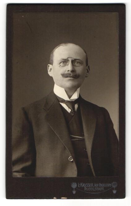 Fotografie L. Kaysser, Rudolstadt, Portrait Edelmann mit Zwicker trägt modischen Anzug