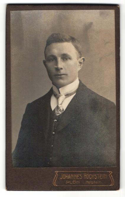 Fotografie Johannes Hochstein, Plön i. H., Portrait junger Mann im Anzug mit Krawatte