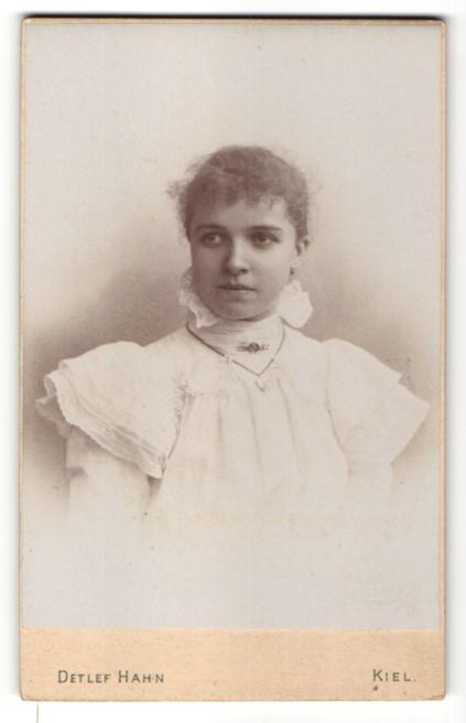 Fotografie Detlef Hahn, Kiel, Portrait junge Frau im weissen Hochzeitskleid