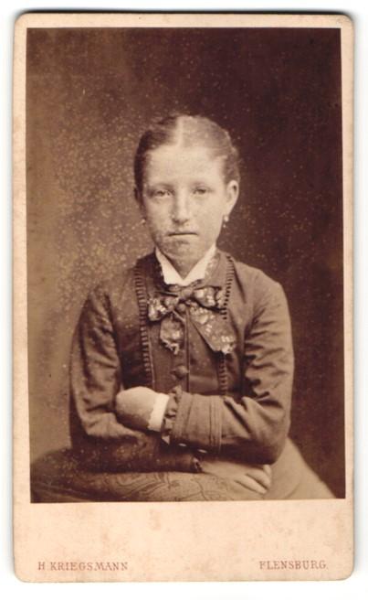 Fotografie H. Kriegsmann, Flensburg, Portrait Mädchen trägt modisches Kleid