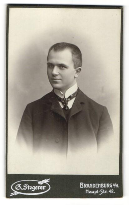 Fotografie G. Stegerer, Brandenburg / Havel, Portrait junger Mann im Anzug mit Krawatte
