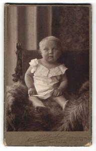 Fotografie Atelier Walbrecker, Dresden, Baby auf Felldecke sitzend