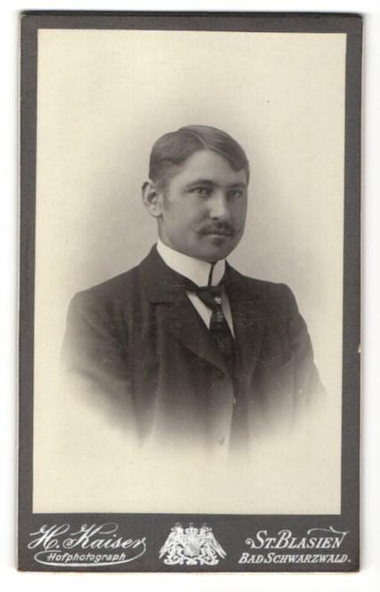 Fotografie Hermann Kaiser, St. Blasien, Portrait Edelmann im Anzug mit Krawatte