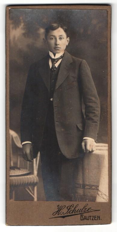 Fotografie H. Schulze, Bautzen, junger Mann im Anzug mit Krawatte