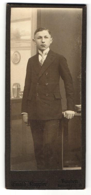 Fotografie Ewald Kappler, Bautzen, junger Mann trägt Anzug mit Krawatte