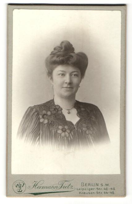Fotografie Hermann Tietz, Berlin, Portrait Dame mit modischer Frisur trägt Halskette m. Anhänger