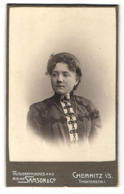 Fotografie Samson & Co., Chemnitz, Portrait juge Dame mit Schmuck Halskette