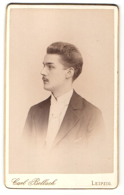 Fotografie Carl Bellbach, Leipzig, Portrait junger Mann mit Schnurrbart im Anzug
