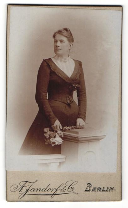 Fotografie A. Jandorf & Co., Berlin, Dame mit Blumenstrauss trägt schwarzes Kleid