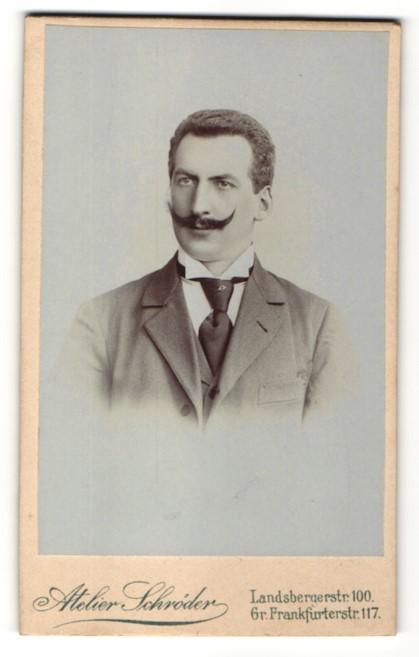 Fotografie Atelier Schröder, Berlin, Portrait Mann mit Bart trägt Anzug & Krawatte