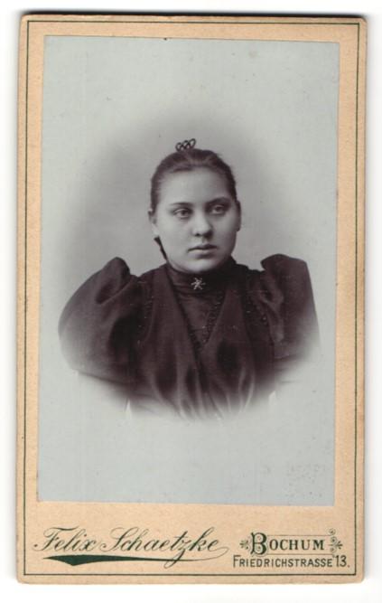 Fotografie Felix Schaetzke, Bochum, Portrait Mädchen mit Brosche im schwarzen Kleid