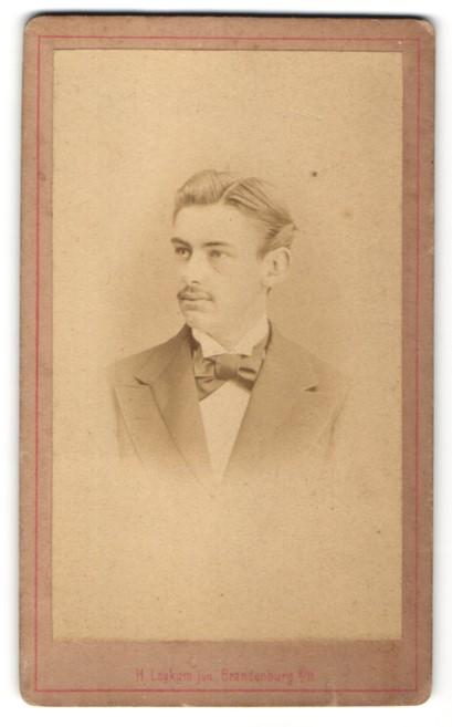 Fotografie H. Leykum Junior, Brandenburg / Havel, Portrait junger Mann im feinen Zwirn mit Fliege