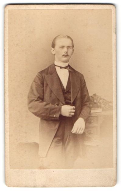 Fotografie W. Höffert, Dresden, junger Mann mit Zwicker im feinen Zwirn