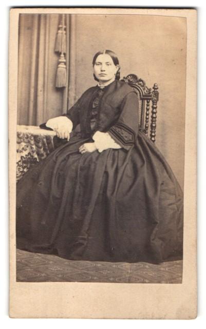 Fotografie Louis Menzel, Aschersleben, Edeldame höfisch gekleidet im vornehmen Kleid