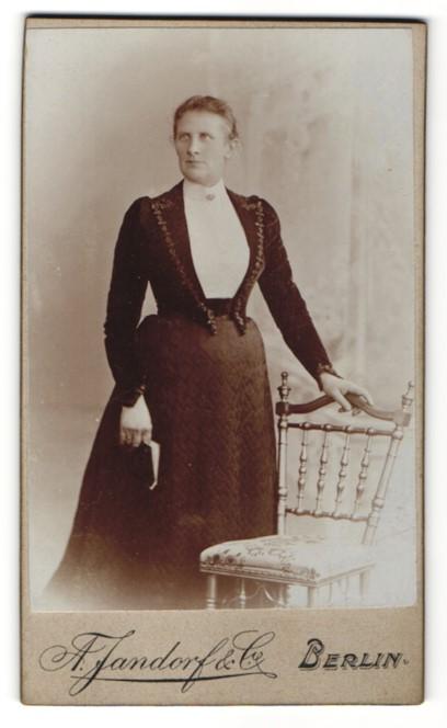 Fotografie A. Jandorf & Co., Berlin, Edeldame mit Brosche im modischen Kleid